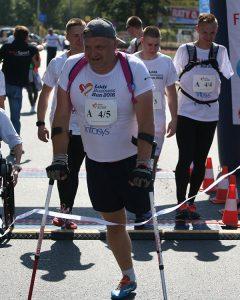 bieg, maraton, łódź, człowiek bez nogi, kule, osoba niepełnosprawna, Proteza kosmetyczna palców, Protetica, Łódź, Zagajnikowa 35, poradnia protetyczna