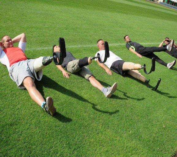 mężczyźni, sport, trening, ćwiczenia, protezy sportowe, aktywność fizyczna, trawa, Proteza kosmetyczna palców, Protetica, Łódź, Zagajnikowa 35, poradnia protetyczna