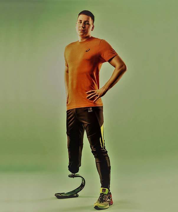 mężczyzna, człowiek bez nogi, amputacja kończyny dolnej, człowiek niepełnosprawny, proteza sportowa, proteza nogi, Proteza kosmetyczna palców, Protetica, Łódź, Zagajnikowa 35, poradnia protetyczna